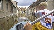 Také v Soběslavi voda zaplavila ulice a vyhnala lidi z domovů. První evakuace přišla 13. srpna. Lidé staví hráze, jsou bez elektriky. Největší škody utrpělo zdejší sportoviště, mosty ale vydržely všechny.