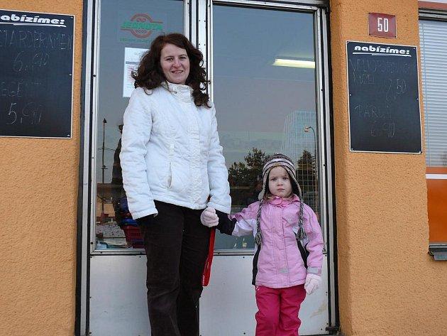 Maminka Martina Drtinová s malou Adélkou do místní Jednoty chodí nakupovat pravidelně.