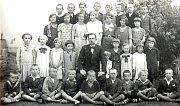 DĚTI VE TŘÍDĚ. Stanislav Panoš se svou třídou v roce 1957. Tehdy už byla škola jednotřídní, dětí totiž ubylo.
