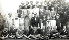 Školáci s kantorem Chmelíkem. Růžena Řehořová stojí jako třetí zprava v druhé řadě.
