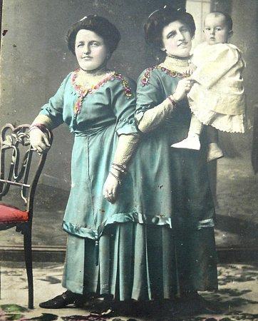 DVOJČATA. Róza a Jóža šly vždy sdobou. Jejich vkus jim mohly tehdejší dámy závidět. Na fotografiích drží Františka vždy matka Róza.