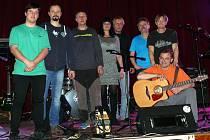 Sedmičlenná kapela Pitt BAND z Nemyšle se svou zpěvačkou.