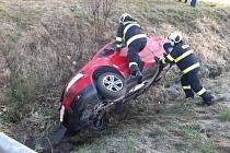Hasiči ve čtvrtek v Měšicích zasahovali u dopravní nehody, kdy auto havarovalo v příkopu.