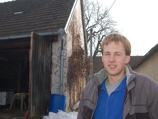 Tomáš Jindrák by se zpět do města nepřestěhoval. Na vesnici mu vyhovuje, že může jezdit na kole a žije blízko přírody.