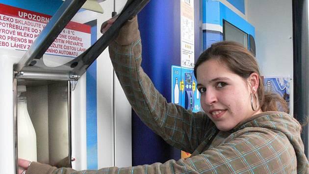 V Táboře na sídlišti Nad Lužnicí nainstalovali nový automat na mléko.
