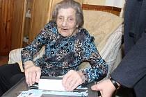 Nejstarší volička Augusta Šťastná.