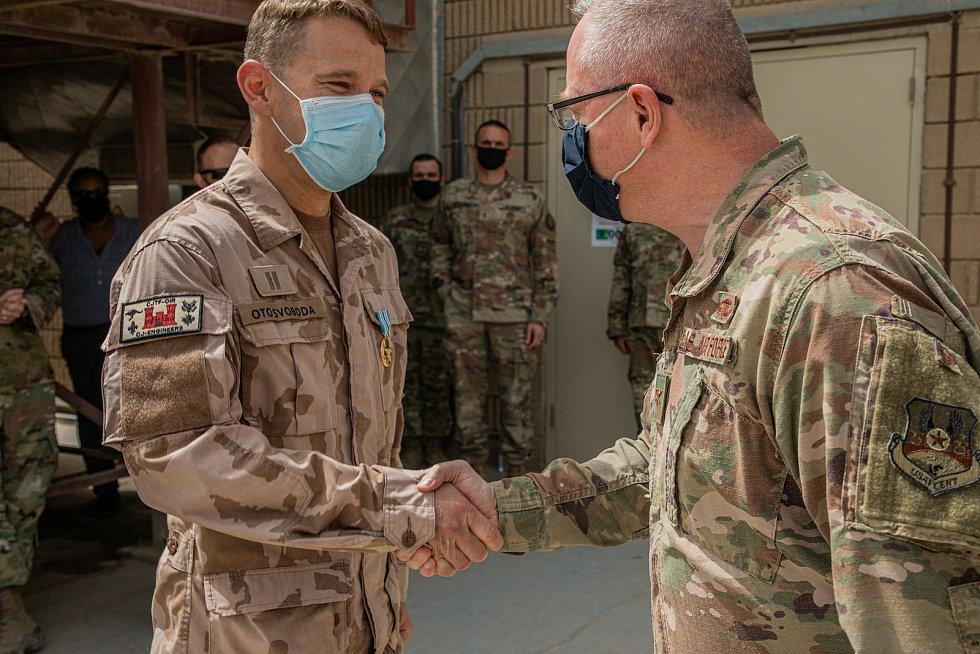 Joint Service Commendation medal (JSCM) – předávání medailí za půlroční působení v Camp Arifjan v Kuvajtu, nrtm. Otu Svobodovi předává COL Mark Lynch, DoS (Director of sustainment)