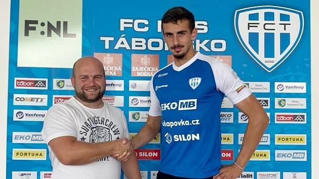 Ředitel klubu FC MAS Táborsko Josef Holub s novou posilou Siamionem Lazarchykem.