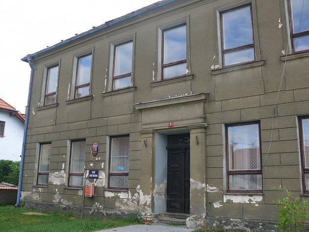 Snímek zachycuje současný stav budovy, kde nyní sídlí obecní úřad.