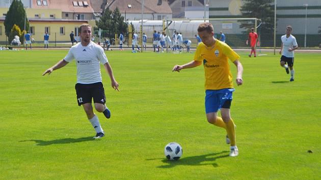 Snímek z letní turnajové konfrontace mezi fotbalisty Soběslavi a Benešova.