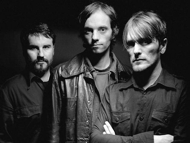Dependson je projektem tří milovníků hudby.
