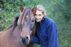 Markétě Bromové se nejvíc Javoří líbí z koňského sedla. Nezná lepší relax vzít svého koně Frama na několikahodinovou projížďku.