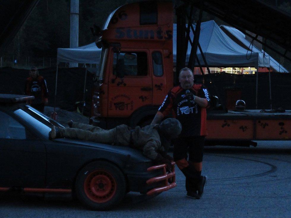 V Plané nad Lužnicí ve středu 25. září vystupovala známá filmová kaskadérská skupina Flott Cascaders Team z Kolína.