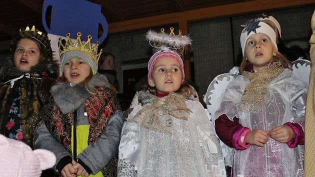 Na zahradě mateřské školy se rozsvítil nejen strom, ale i dětské oči, navíc se hrálo divadlo O Ježíškovi.