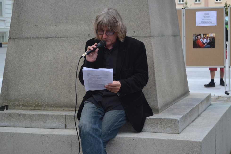 Čtení na náměstí TGM v Táboře.