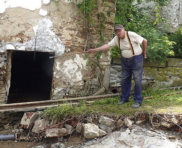 V Podolí uklízí celý týden škody, co natropil zdejší desetihektarový rybník.