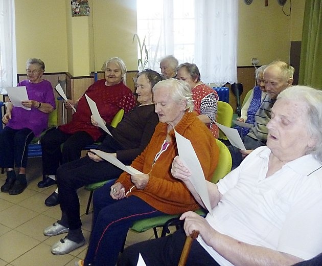 NACVIČUJÍ. Senioři z bechyňského domova pro seniory při nacvičování vánočních koled.