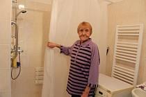 Bohumila Oulická ukazuje novou koupelnu.