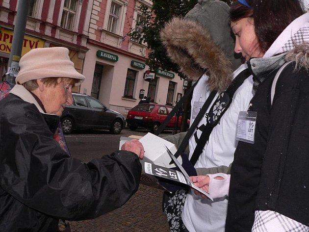Dvojice studentů táborské zdravotnické školy pomáhaly vybírat peníze pro nevidomé a slabozraké.