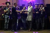 Benefiční koncerty Pitt BAND pořádá již jedenáctým rokem, loni předali soběslavské Rolničce na 17 tisíc korun. V sobotu 16. listopadu od 20 hodin hrají pro Beatku z Tábora.