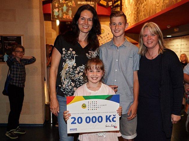 Podmínky pro losování hlavní ceny splnilo 572 zapojených škol. Výherní šeky předávali zástupcům škol i olympijští medailisté,  v tomto případě Šárka Kašpárková (vlevo).
