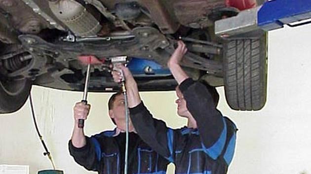 SPORNÉ ZÁRUKY. U oprav aut nepanuje mezi odborníky shoda, zda platí šestiměsíční záruka určená starou vyhláškou, nebo jen zákonem obecně stanovená tříměsíční záruka.