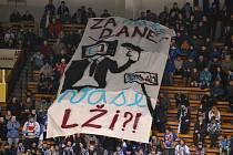 Transparent nad hlavami táborských hokejových fanoušků.