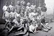 V ROCE 1956 Hana Valešová chodila do čtvrté třídy. Stojí ve třetí řadě zprava.
