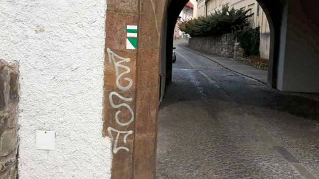 Vandal poničil Bechyňskou bránu v Táboře.