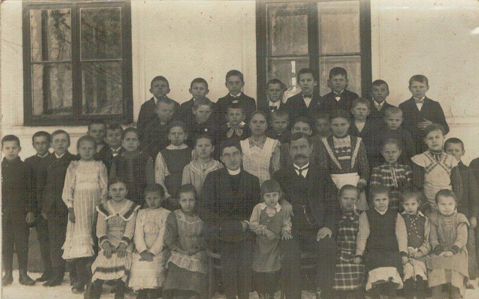 Rok 1915 třída prvního učitele Vojtěcha Sirového před budovou školy.