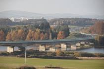 ZROD DÁLNICE. Most přes rybník Koberný mezi Planou nad Lužnicí a Sezimovým Ústím měří 575 metrů.