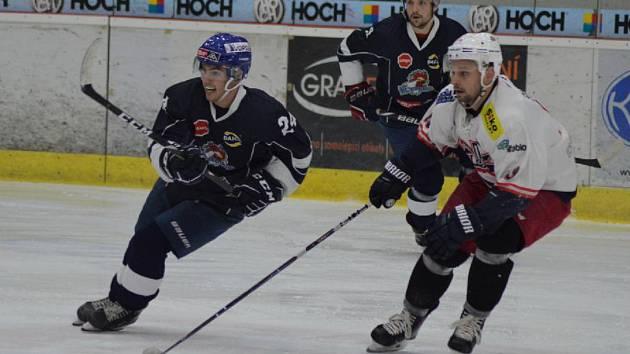Střelec jediné domácí branky Milan Dančišin (vlevo) v souboji s autorem hattricku Romanem Šulčíkem, za nimi Tomáš Hajič.