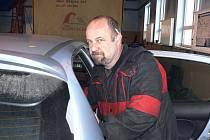 Zdeněk Pekara teď nemá s čím jezdit. Kamion je stále v Turecku. Řidič pracuje na dílně.