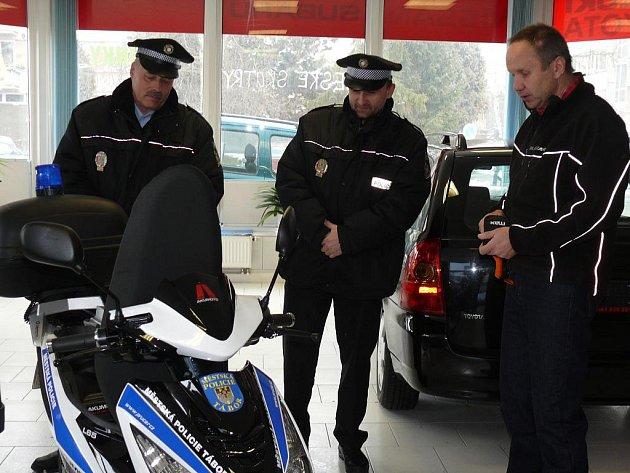 Strážníci si vyslechli podrobnou instruktáž majitele prodejny.
