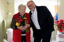 Stoletým obyvatelům Českých Budějovic pravidelně gratulují zástupci města. Na snímku s paní Blaženou Strachotovou, která oslavila v roce 2019 již 102 let, primátor města Jiří Svoboda.
