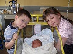 HYNEK MLÁDEK ZE SOBĚSLAVI. Narodil se 30. dubna v 11.44 hodin. Vážil 4170 g, měřil 52 cm a už má sestřičku Klárku a brášku Mirečka.