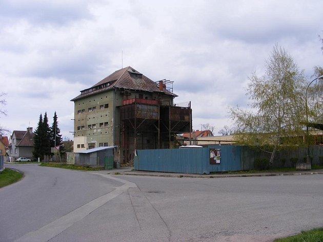 OPRAVA. Na rekonstrukci areálu bývalého zemědělského výkupu v Bechyni potřebují dobrovolní hasiči 7,5 milionu. Šest padne do opravy sýpky, 1,5 milionu do opravy hangáru.