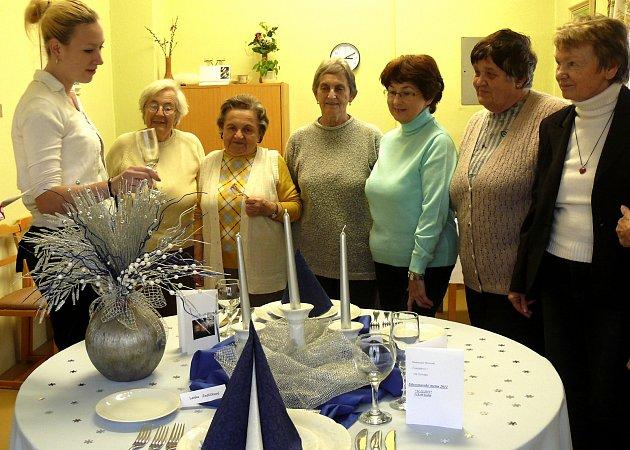 SETKÁNÍ PRO INSPIRACI. Krásně naaranžovaný stůl si prohlédly (zleva) Vlasta Jandová, Ludmila Mašková, Milada Pešatová, Zdeňka Motalíková, Věra Mandelíčková a Hana Kazatelová. Zcela vlevo je studentka Nikola Mrázková.