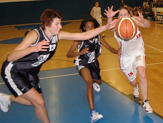 Basketbalistky Slovanky Tábor budou pozítří v hale ZŠ Helsinská bojovat  o první sezonní výhru s favorizovaným týmem trutnovské Kary. Začátek zajímavého střetnutí nejvyšší ženské soutěže je v 17.30 hodin.