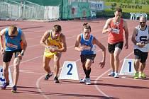 Ondřej Kohout (ve žlutém) se představil i na letošní Velké ceně Tábora, a to na netradičně krátké distanci: běhu na 800 metrů.