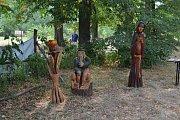 Setkání řezbářů v choustnickém podhradí.