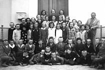 Snímek dětí z hvožďanské obecní školy zachycuje i šestiletého Františka Vaníčka (dole uprostřed s bílými pruhy na límci ), když začal chodit do první třídy. Fotografie pochází z roku 1933 a vpravo stojí učitel František Jáchym.