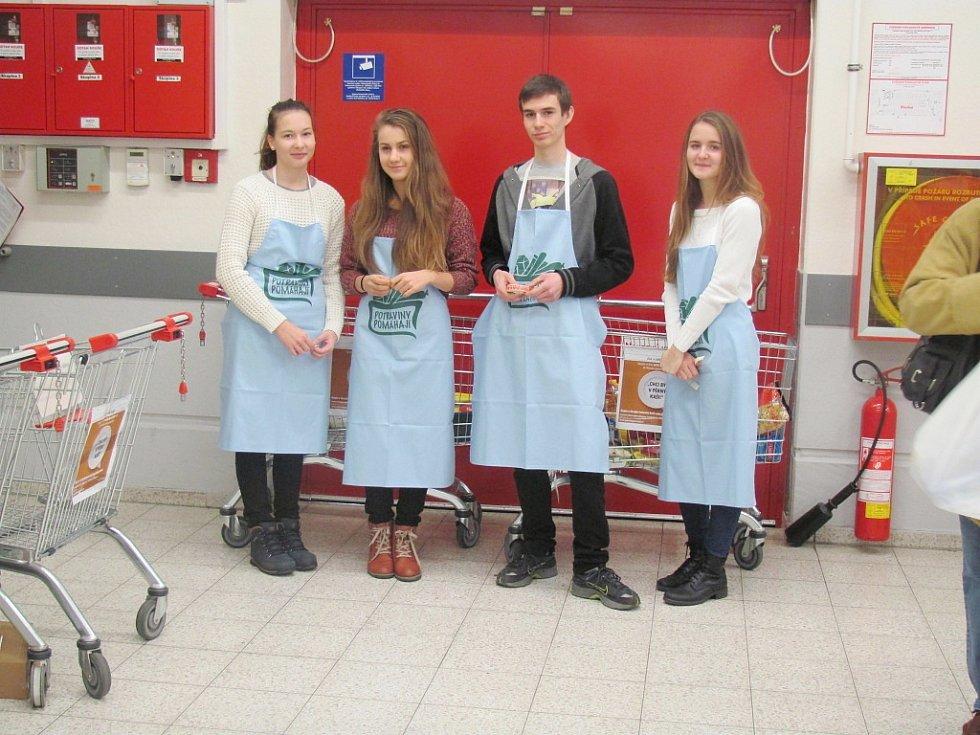 Dobrovolníci v Kauflandu zleva: Sára Labajová, Anna Czinegová, Adam Hašpl a Nikol Urbanová.