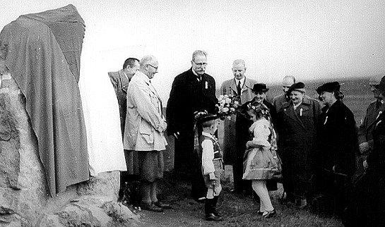 WEISOVA STEZKA. Karel Weis (v černém obleku zprava) při otevření Weisovy stezky u kamene 26.září 1937 ve Veselí nad Lužnicí.