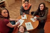 Děti z dětského domova v Radeníně malovaly obrázky na trička, která si rozbalí pod vánočním stromečkem.