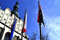 Tři vlajky pře radnicí