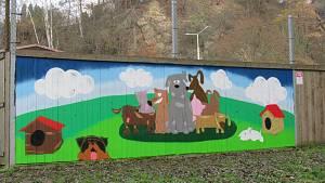 Graffiti před útulkem v Táboře vznikalo od čtvrtka 19. do neděle 22. listopadu