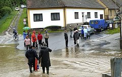LIDÉ z města se na zkázu, kterou voda způsobila, chodili dívat.