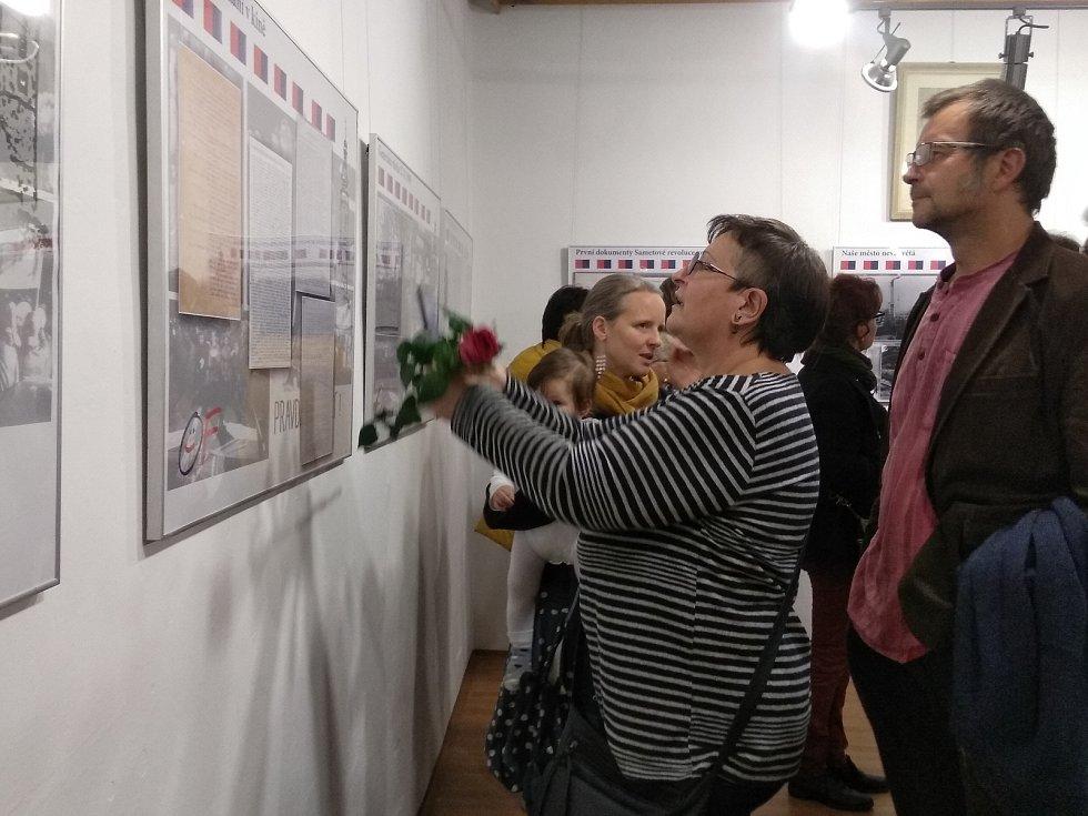 Průčelí Rožmberského domu od pátku 1. listopadu zdobí velký portrét Václava Havla. Symbolicky tak střeží výstavu nazvanou Soběslav 1989!, která potrvá do 24. listopadu.
