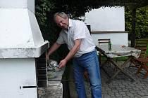 Jakmile počasí dovolí, Jiří Anderle si na chalupě v Dubu u Ratibořských Hor vezme na starost grilování.